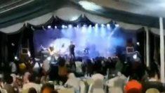 Vídeo mostra exato momento em que onda de tsunami invade show, arrastando músicos e platéia na Indonésia