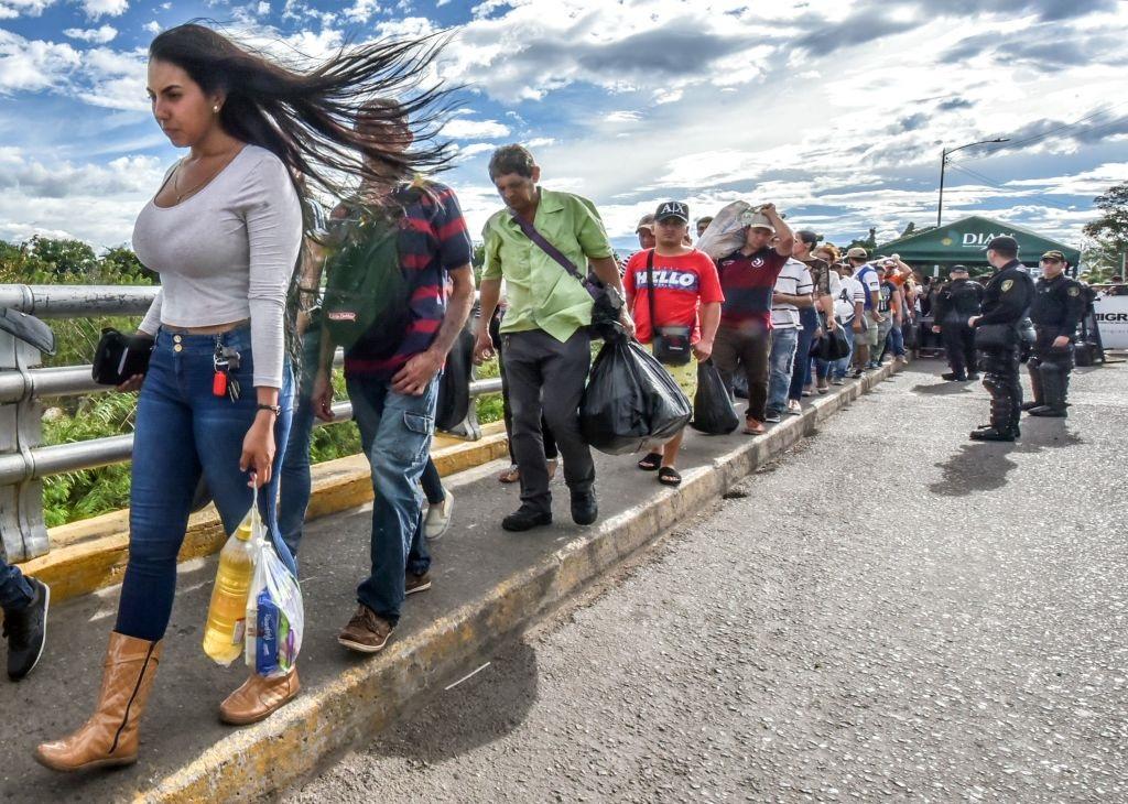 Centenas de milhares de venezuelanos migraram para outros países da região nos últimos meses; existe a preocupação com as consequências e a falta de capacidade para conter a situação (Getty Images)