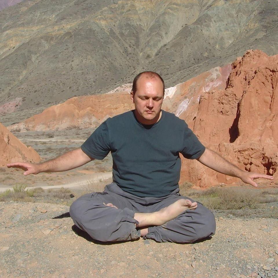 Jan Hendrix Júnior praticando o quinto exercício do Falun Gong (Facebook/Jan Hendrix Júnior)