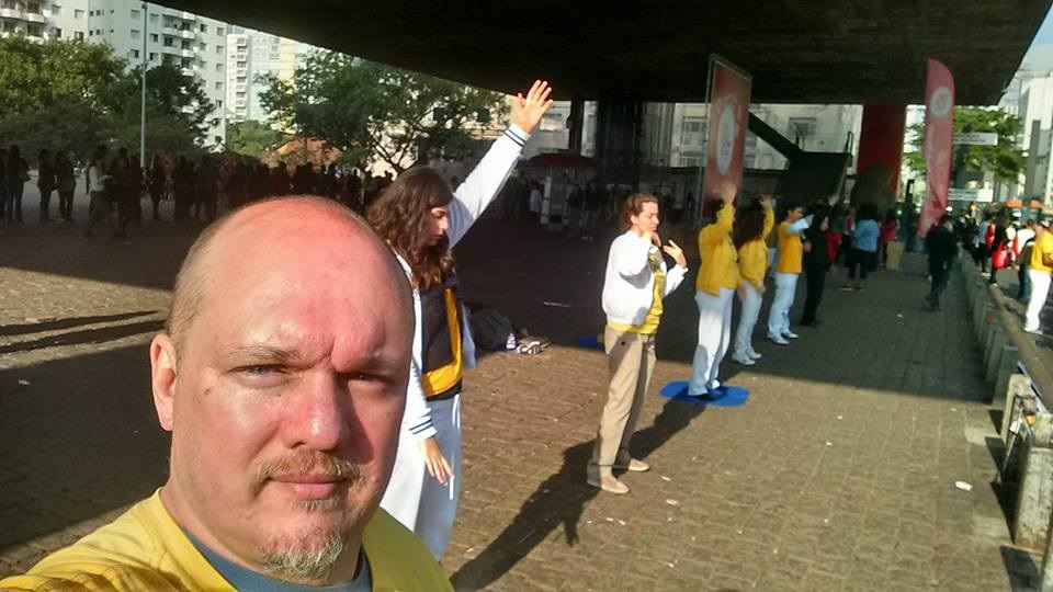 O investidor Jan Hendrix Júnior e outros praticantes praticam os exercícios do Falun Gong em São Paulo (Facebook/ Jan Hendrix Júnior)