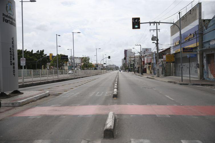 Ruas esvaziadas, comércio fechado e lixo por recolher. Fortaleza é afetada por onda de ataques (José Cruz/ABr)