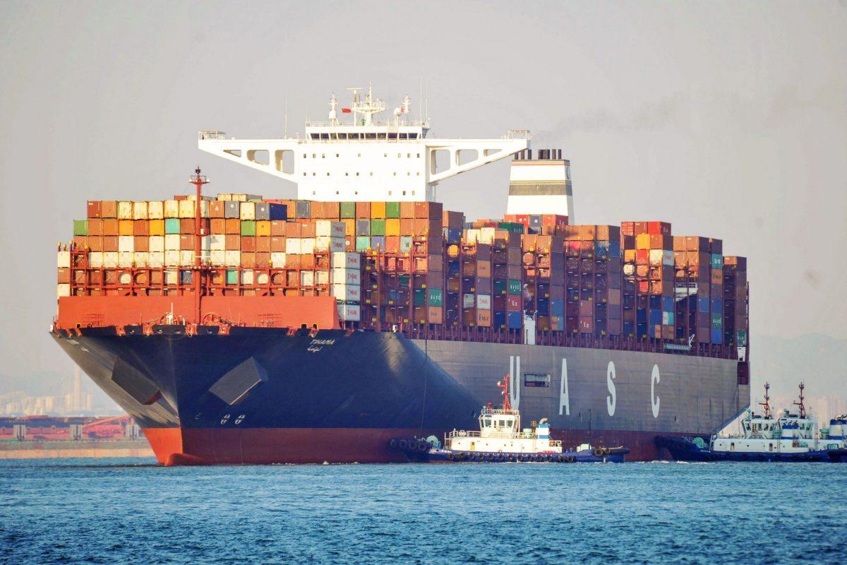 Navio de carga em um porto de Qingdao, na província chinesa de Shandong, em 12 de outubro de 2018 (STR/AFP/Getty Images)