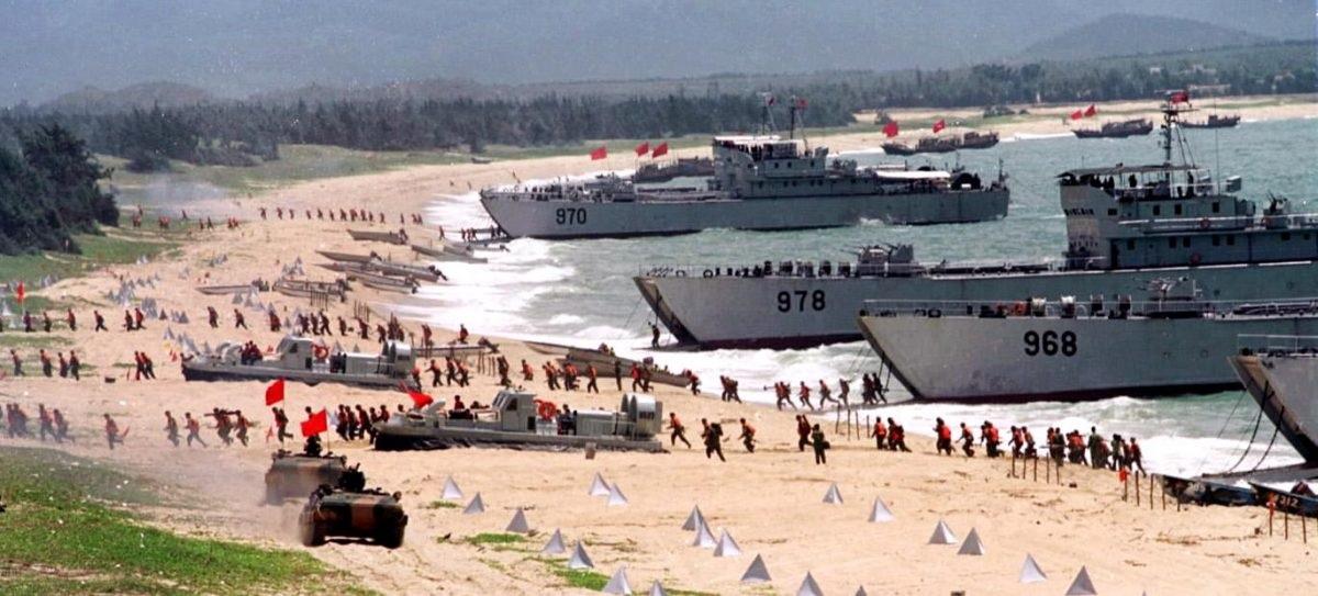 Em 10 de setembro de 1999, o Exército Popular de Libertação realiza um exercício de desembarque na costa continental perto de Taiwan (STR/AFP/Getty Images)