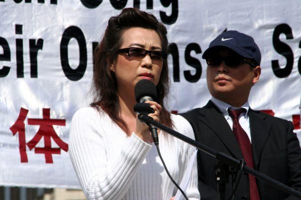 Ex-esposa (Annie) de um neurocirurgião chinês fala em uma coletiva de imprensa e evento público na McPherson Square, Washington, em 20 de abril de 2006 (Epoch Times)