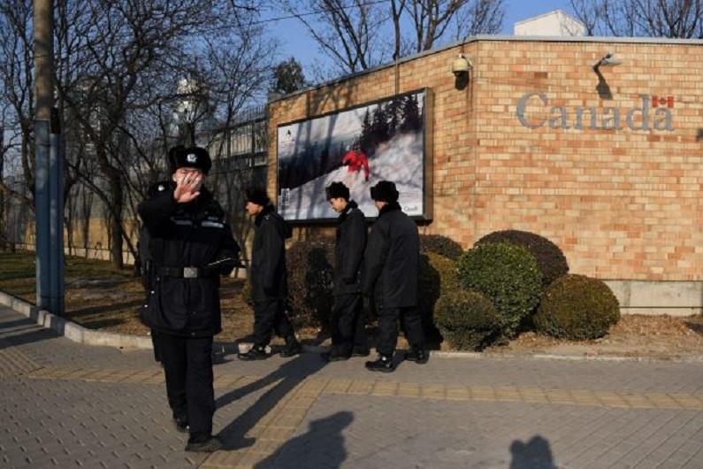 Patrulha policial chinesa em frente à embaixada do Canadá em Pequim, em 14 de dezembro de 2018 (Greg Baker/AFP/Getty Images)