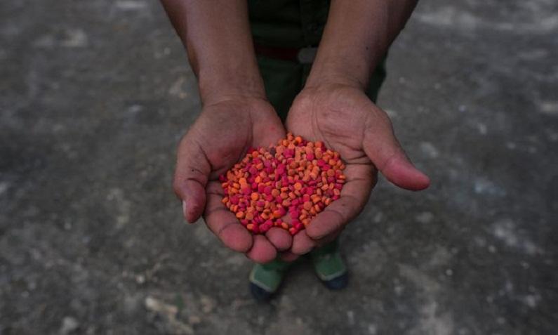 Drogas de Yaba são exibidas em uma cerimônia de queima de drogas em comemoração ao Dia Internacional das Nações Unidas contra o Abuso e o Tráfico Ilícito de Drogas em Poung Par Khem, perto da fronteira entre a Tailândia e a Birmânia, em 26 de junho de 2017 (Ye Aung Thu/AFP/Getty Images)