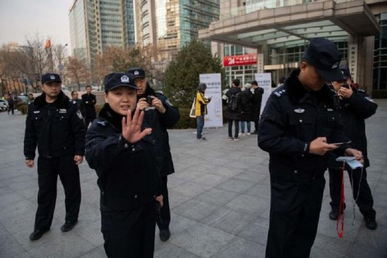 A polícia geralmente impõe censura ao povo chinês. Nesta foto, policiais impedem as pessoas de tirar fotos em Pequim em 20 de dezembro de 2018 (Nicolas Asfouri/AFP/Getty Images)