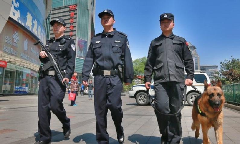 Policiais armados patrulham uma rua em Pequim, na China, em 12 de maio de 2014 (VCG/Getty Images)