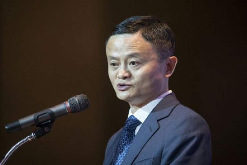 Fundador do Alibaba, Jack Ma, fala em uma cerimônia de assinatura de um memorando de entendimento em Bangkok, em 19 de abril de 201. (Lillian Suwanrumpha/AFP/Getty Images)
