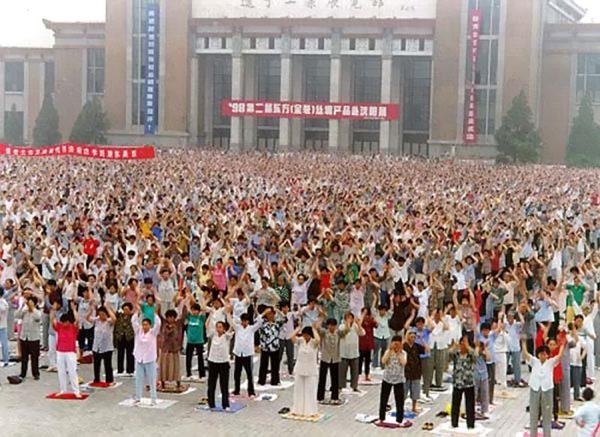 Nesta foto tirada antes de julho de 1999, quando o regime chinês lançou uma perseguição nacional, membros do Falun Dafa praticam os exercícios na cidade de Shenyang, província de Liaoning (Minghui.org)