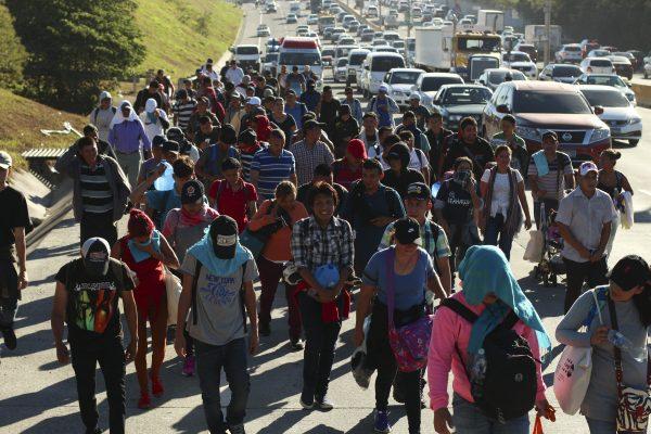 Migrantes viajando para a fronteira dos EUA caminham ao longo de uma estrada em San Salvador, El Salvador, em 16 de janeiro de 2019 (Salvador Melendez/AP Photo)