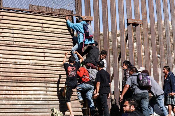 Migrantes abrem caminho à força pela fronteira dos EUA ao passar pela entrada leste para pedestres da junção San Ysidro em Tijuana, México, em 25 de novembro de 2018 (Charlotte Cuthbertson/Epoch Times)