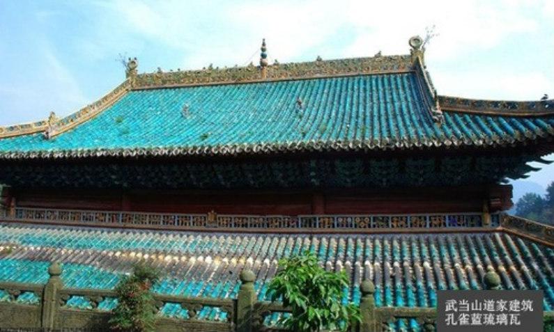 Telhas esmaltadas em azul pavão-real, que formavam o teto da arquitetura Taoista do Monte Wudang