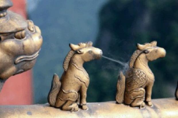A escultura de um cavalo alado expirando, situado na coluna de um edifício taoista no Monte Wudang
