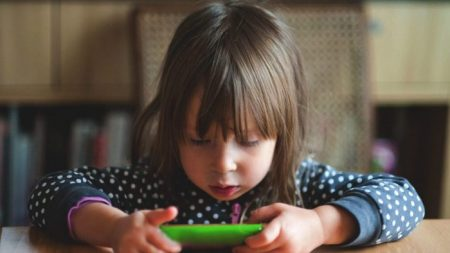 Tempo excessivo de tela para crianças pode causar atrasos no desenvolvimento