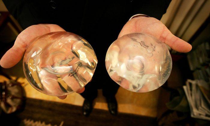 Câncer raro ligado a implantes de mama mata nove mulheres nos EUA
