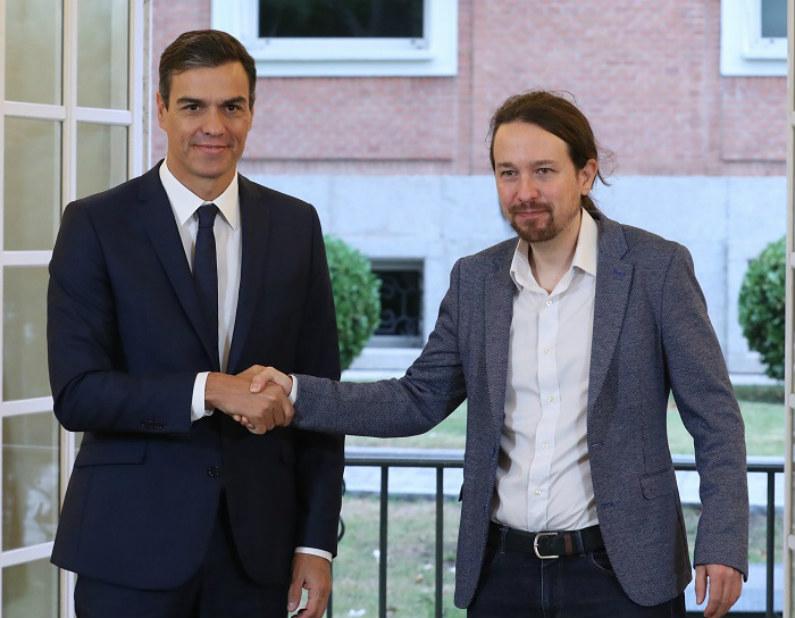 Governo espanhol negocia orçamentos de 2019 com o grupo de esquerda Podemos. O chefe do Governo, Pedro Sánchez (esq.), e o secretário geral do Podemos, Pablo Iglesias, assinaram hoje no Palácio da Moncloa um acordo sobre o projeto de lei do orçamento para 2019 (EFE)