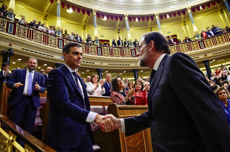 Novo líder do PSOE e presidente do governo espanhol, Pedro Sánchez, cumprimenta Mariano Rajoy, após uma moção de desconfiança no parlamento em Madri, Espanha, em 1º de junho de 2018 (Pierre-Philippe Marcou/Pool via Reuters)