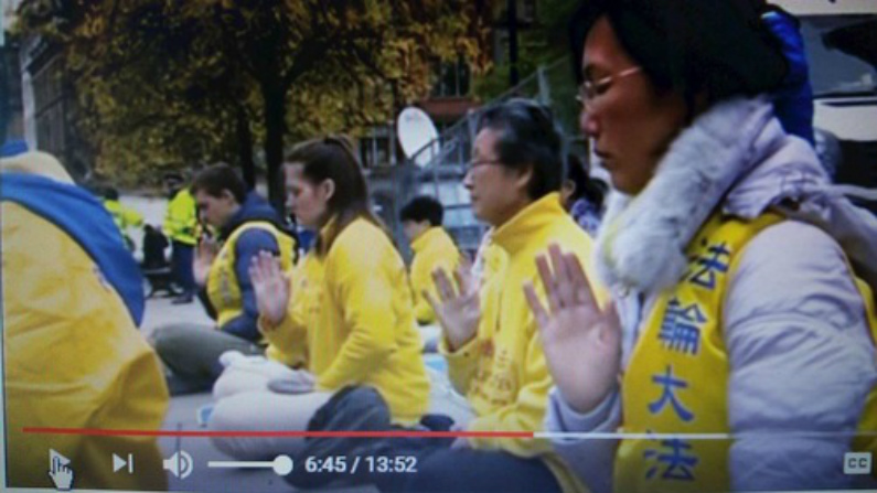 Praticantes do Falun Gong do Reino Unido fazem protesto pacífico