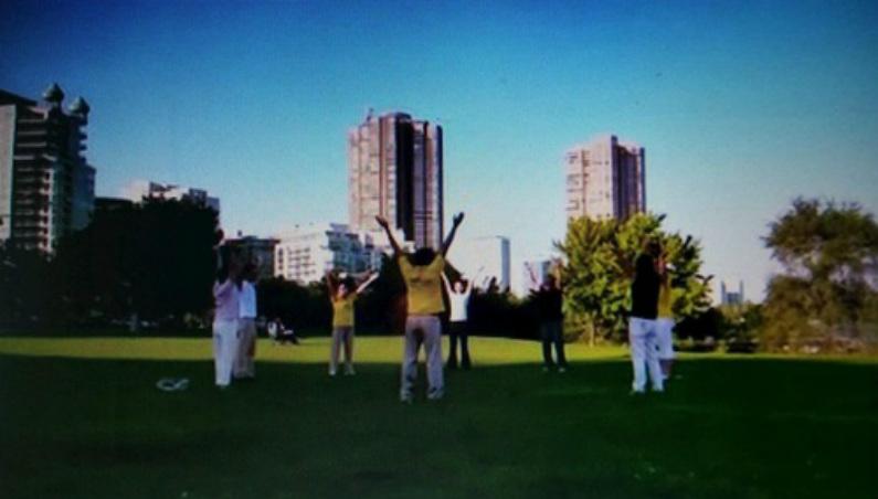 Praticante Liu e outros fazem os exercícios do Falun Gong