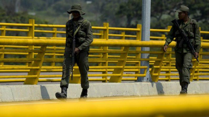 Soldados venezuelanos desertam em meio à crescente pressão sobre Maduro, revela documento