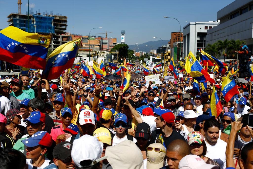 Cidadãos protestam durante manifestação contra a ditadura de Nicolás Maduro nas ruas de Caracas, Venezuela, em 2 de fevereiro de 2019 (Marco Bello/Getty Images)