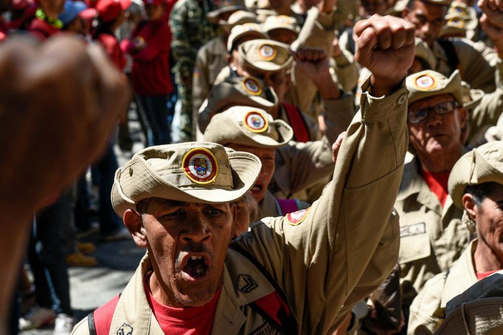 Membros da milícia bolivariana da Venezuela demonstram apoio ao tirano Nicolás Maduro na Plaza de Bolívar, em Caracas, em 4 de fevereiro de 2019 (Federico Parra/AFP/Getty Images)