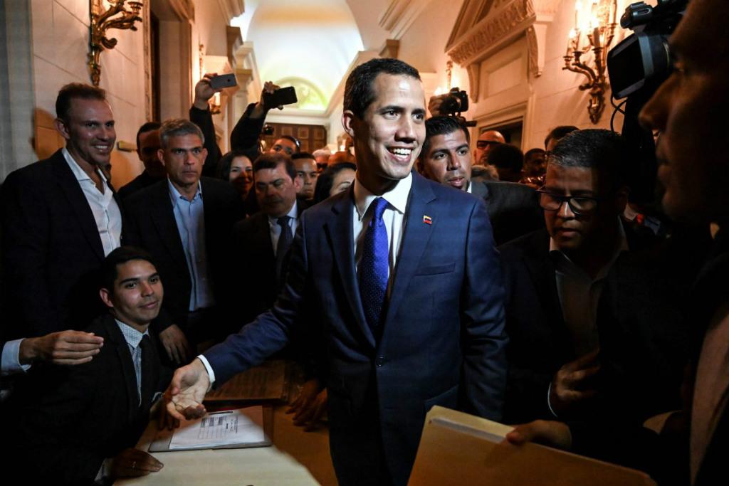 Líder da oposição venezuelana e autoproclamado presidente em exercício, Juan Guaidó se dirige para uma sessão da Assembleia Nacional em Caracas em 5 de fevereiro de 2019 (Juan Barreto/AFP/Getty Images)