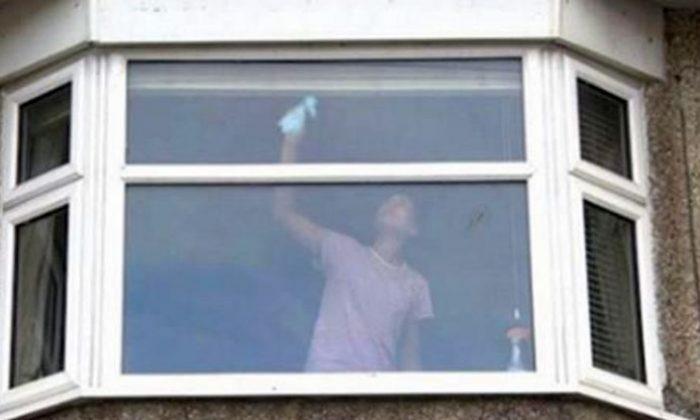 Policiais do Reino Unido postam foto de mulher limpando janelas como aviso
