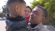 Pais vendem filho de 3 anos mas graças à busca incansável do avô ele volta para casa