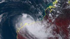 Residentes australianos se escondem quando ciclone Verônica chega à terra firme como tempestade de categoria 3