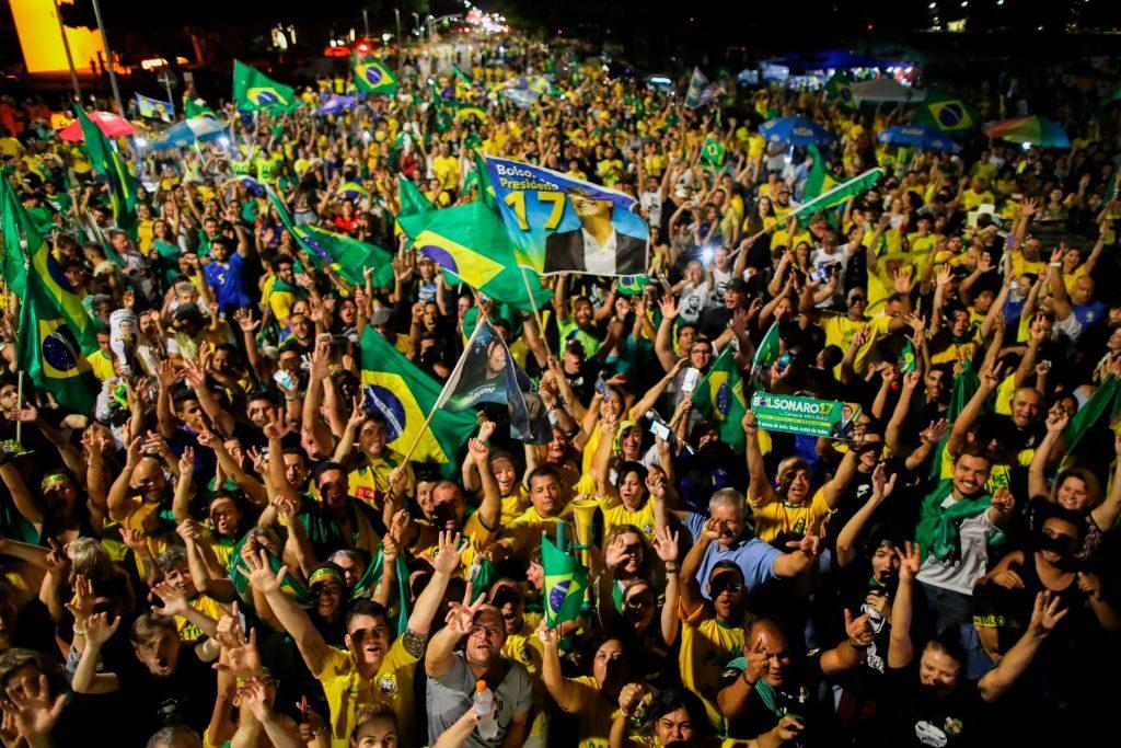 Apoiadores do candidato à presidência Jair Bolsonaro comemoram em frente ao Congresso Nacional em Brasília, após sua vitória nas eleições presidenciais no Brasil em 28 de outubro de 2018 (SERGIO LIMA / AFP / Getty Images)