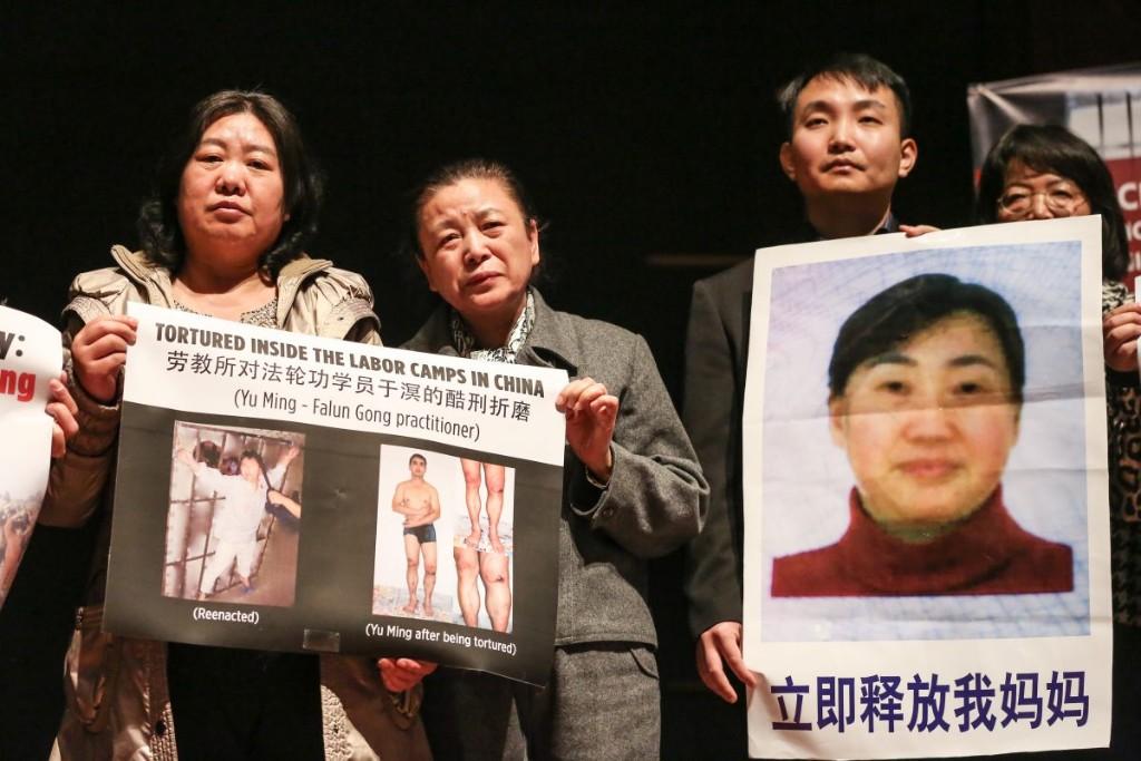 Praticantes do Falun Dafa mostram fotos de parentes e advogados de direitos humanos ainda presos na China por praticar ou defender o Falun Dafa, durante coletiva de imprensa em Washington para anunciar a formação da Coalizão para Promover a Liberdade Religiosa na China (CARFC) no Auditório do Congresso no Centro de Visitantes do Capitólio, Washington, em 4 de março de 2019 (Jennifer Zeng / Epoch Times)