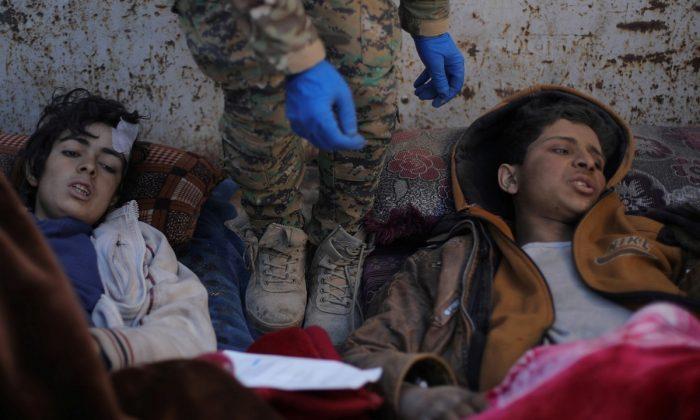 Feridos e sozinhos, crianças sobreviventes do último enclave do ISIS