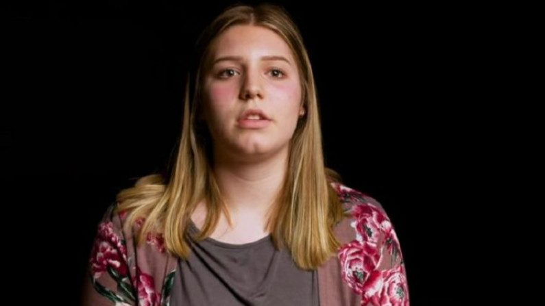 """""""Eu me senti violada"""": adolescente processa escola por presença de estudante trans no vestiário feminino (Vídeo)"""