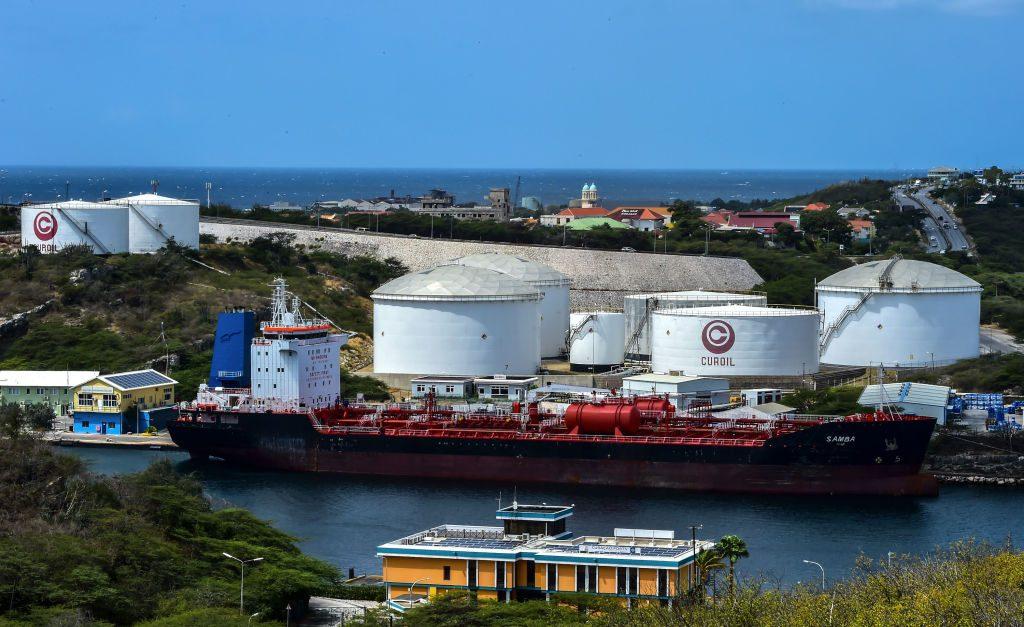 Petroleiros permanecem ancorados em frente à refinaria de petróleo Isla, que é arrendada pela petroleira estatal venezuelana PDVSA em Willemstad, Curaçao, Antilhas Holandesas, em 22 de fevereiro de 2019 (LUIS ACOSTA / AFP / Getty Images)