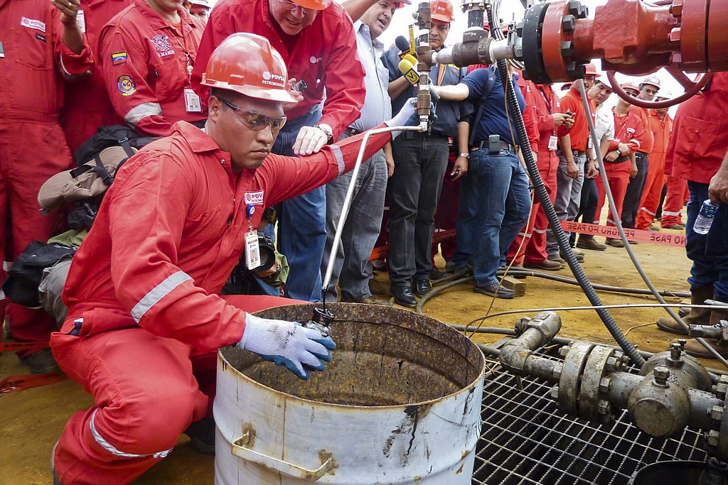 Técnico extrai uma amostra de petróleo bruto de um poço operado pela petroleira estatal venezuelana PDVSA em Morichal, Venezuela, em 28 de julho de 2011 (RAMON SAHMKOW / AFP / Getty Images)