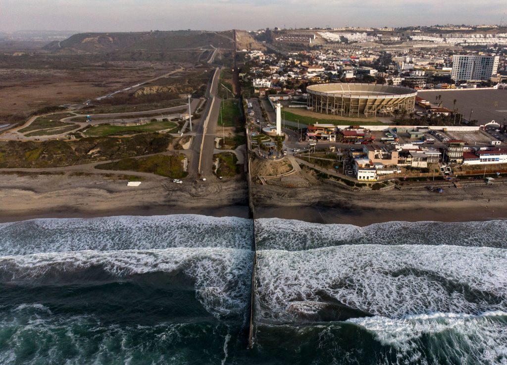 Vista aérea da cerca na fronteira México-EUA, vista a partir de Playas de Tijuana, na Baixa Califórnia, em 11 de janeiro de 2019 (GUILLERMO ARIAS / AFP / Getty Images)