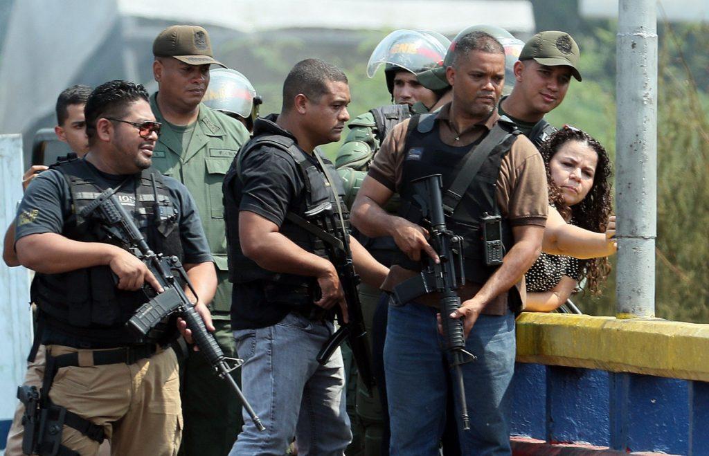 Ministra do Serviço Penitenciário da Venezuela, Iris Varela (dir.), visitou no domingo, 24 de fevereiro, a Ponte Internacional Francisco de Paula Santander, que liga a Venezuela a Cúcuta (Colômbia), acompanhada de homens armados desconhecidos usando trajes civis e um grupo da Guarda Nacional Bolivariana (Mauricio Dueñas Castañeda/EFE)