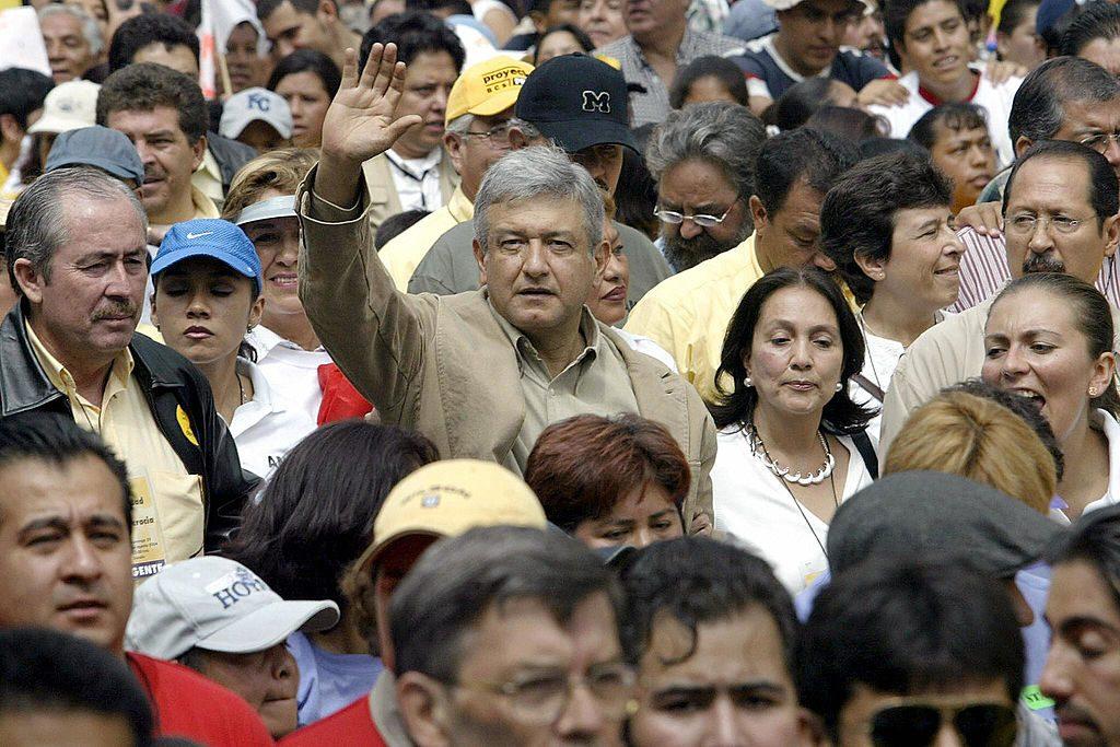 Esquerdista Andres Manuel López Obrador na Cidade do México em 29 de agosto de 2004. O Congresso pretende tirar sua imunidade para que possa ser processado por desrespeito a um veredito judicial (ALFREDO ESTRELLA / AFP / Getty Images)