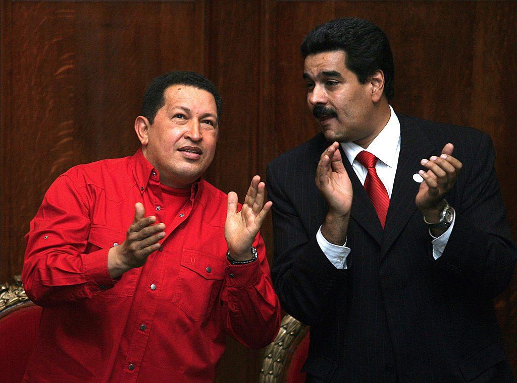 Ex-presidente venezuelano Hugo Chávez (esq.) e Nicolás Maduro, em 18 de dezembro de 2007, no prédio da Universidade de Montevidéu (MIGUEL ROJO / AFP / Getty Images)