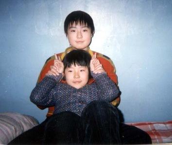 Esposa e filha de Hou Mingkai (Minghui.org)