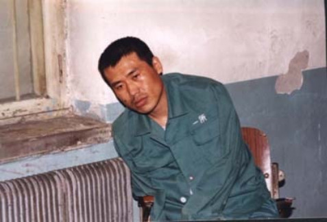 Esta é a última foto de Liu Chengjun. Devido à tortura, ele sofreu muitos ferimentos e não podia mais ficar sozinho, então teve que se encostar na parede (Amigos do Falun Dafa)
