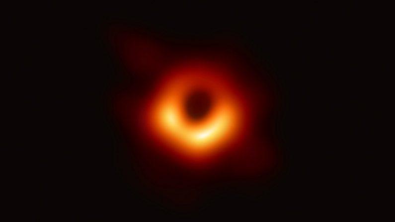 Cientistas revelam primeira imagem já registrada de um buraco negro no espaço