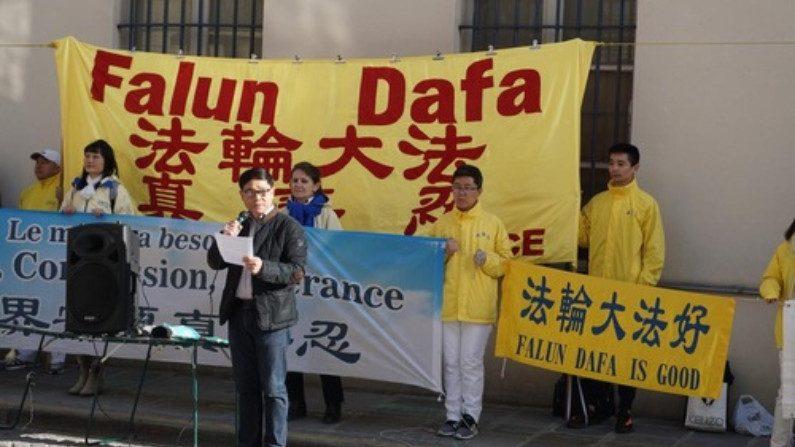 Praticantes do Falun Gong protestam em frente à embaixada chinesa na França contra décadas de perseguição na China
