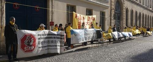 Praticantes do Falun Gong se reúnem em frente à embaixada chinesa em 25 de março de 2019 (Minghui.org)