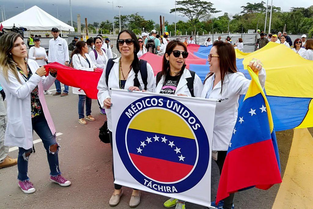 """Médicos alertam para o """"agravamento"""" do """"problema da saúde"""" na Venezuela (STR / AFP / Getty Images)"""
