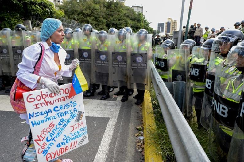 Escassez de medicamentos, suprimentos médicos e serviços está causando mortes evitáveis na Venezuela (FEDERICO PARRA / AFP / Getty Images)