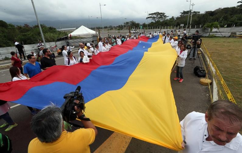 Mais de 30 médicos venezuelanos participaram de uma manifestação neste domingo na ponte Tienditas, uma das que ligam a Venezuela à Colômbia, em Cúcuta (Colômbia) (Mauricio Dueñas Castañeda/EFE)