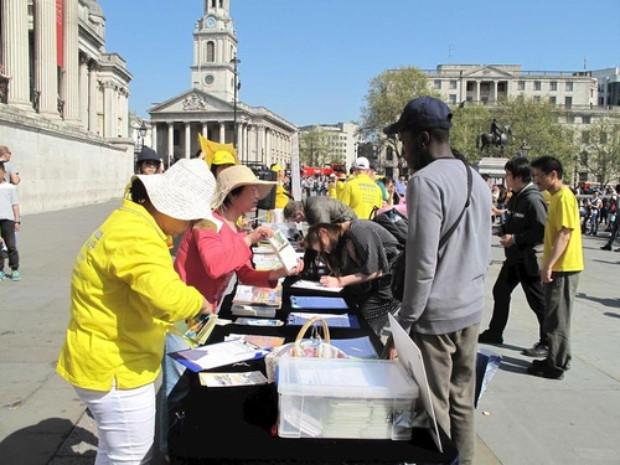 Turistas assinam petição em apoio ao Falun Gong (Minghui.org)